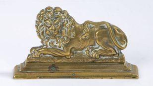 Brass recumbent lion door stop, 18cm wide, 10cm high