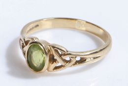 9 carat gold ring set with a peridot, ring size S, 3g