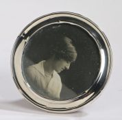 George V silver picture frame, Birmingham 1916, maker Grey & Co. of circular form, with easel