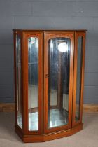 Mahogany effect display cabinet, the hinged door opening to reveal two glass shelves, 91cm wide