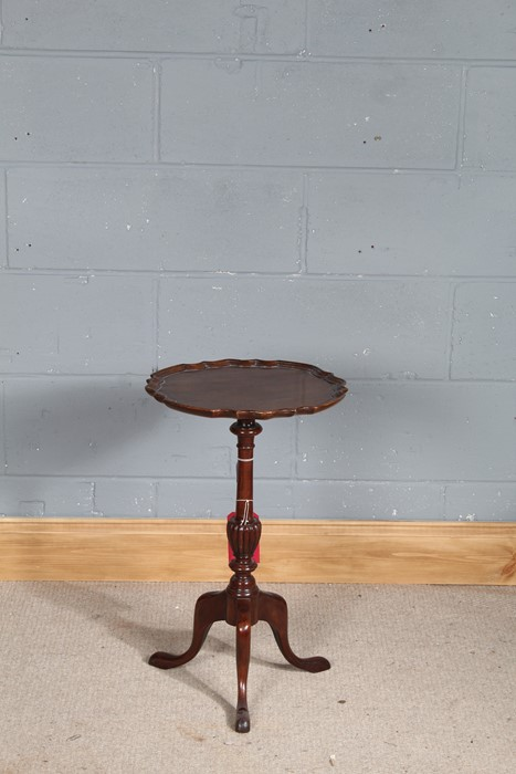 Mahogany wine table, the top with piecrust edge above a reeded turned stem, on tripod legs, 37.5cm