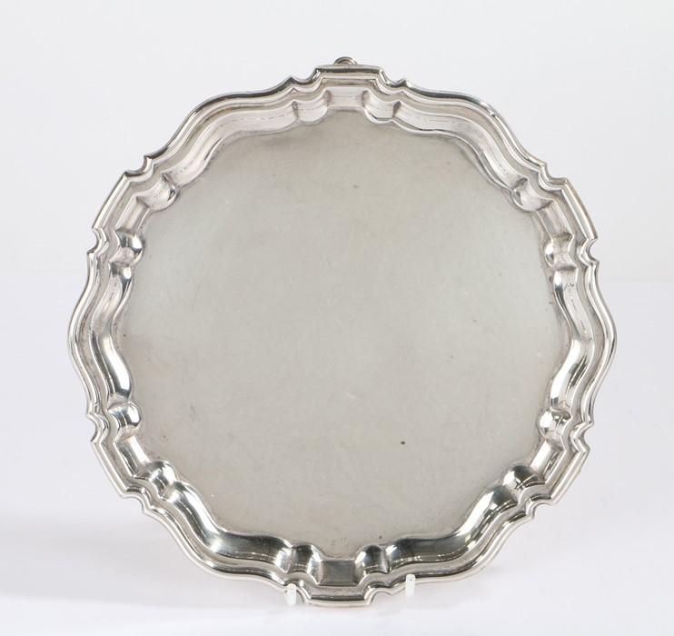 George V silver card tray, London 1919, maker Francis Higgins & Son Ltd, with pie crust border,