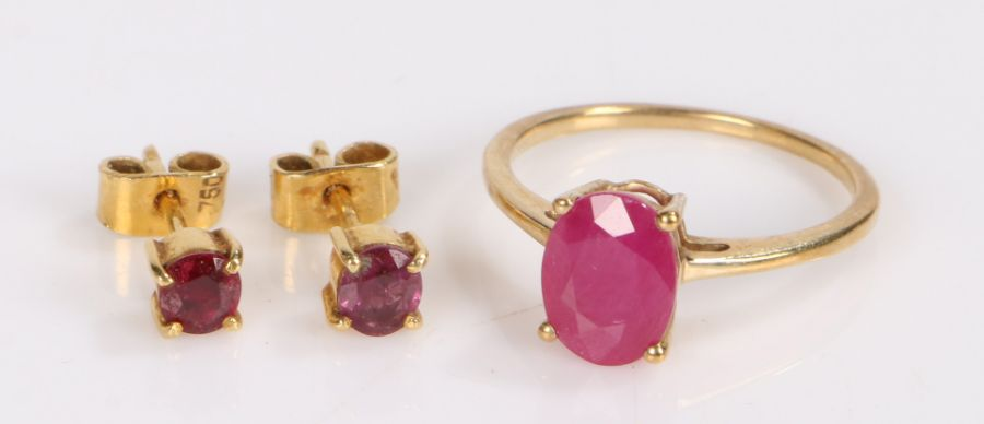 Sri Lankan Ruby set jewellery, to include a yellow metal ring and a pair of ear studs,