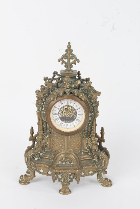 20th Century cast brass mantel clock, in the French style, the white dial with black Roman numerals,