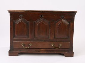 18th Century oak coffer bach, the detachable rectangular top above three fielded arched panels to