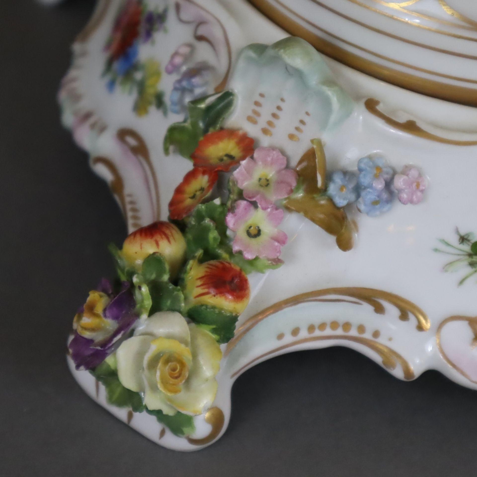 Paar prunkvolle Deckelvasen mit Sockel - Dresden/Potschappel, Marke ab 1901, Porzellan, reliefiert, - Image 19 of 22