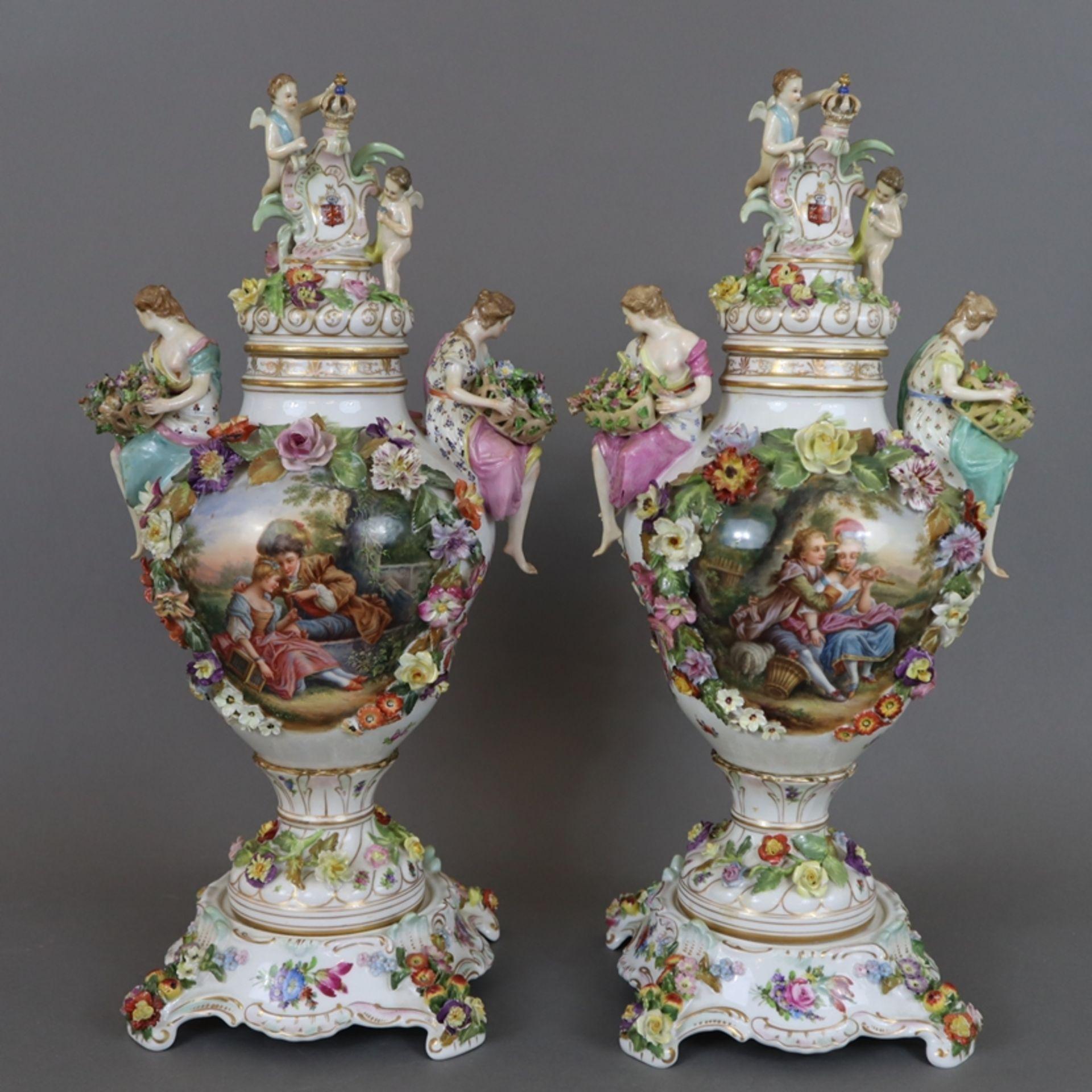 Paar prunkvolle Deckelvasen mit Sockel - Dresden/Potschappel, Marke ab 1901, Porzellan, reliefiert,