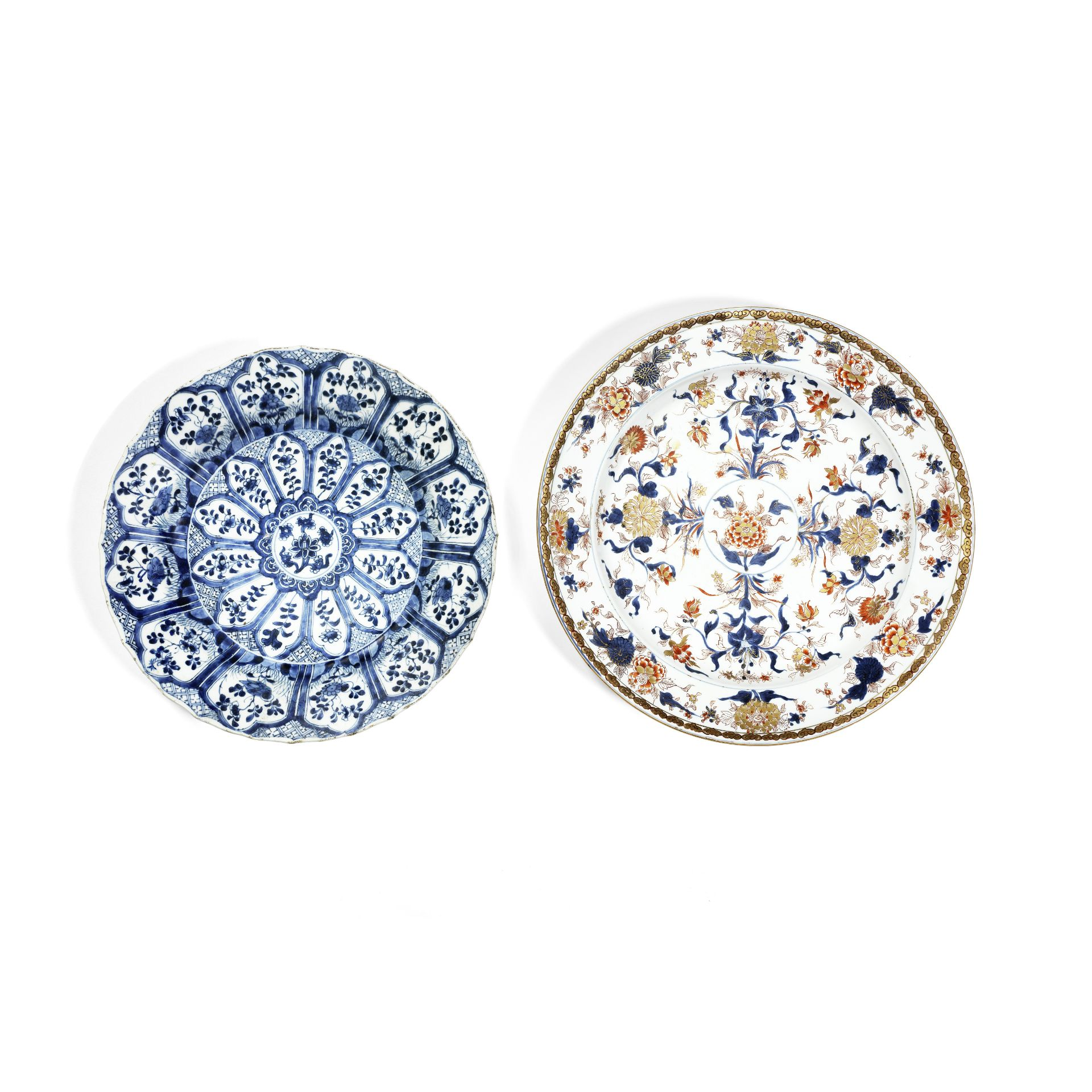 A BLUE AND WHITE DISH AND AN IMARI PALETTE DISH Kangxi (2)