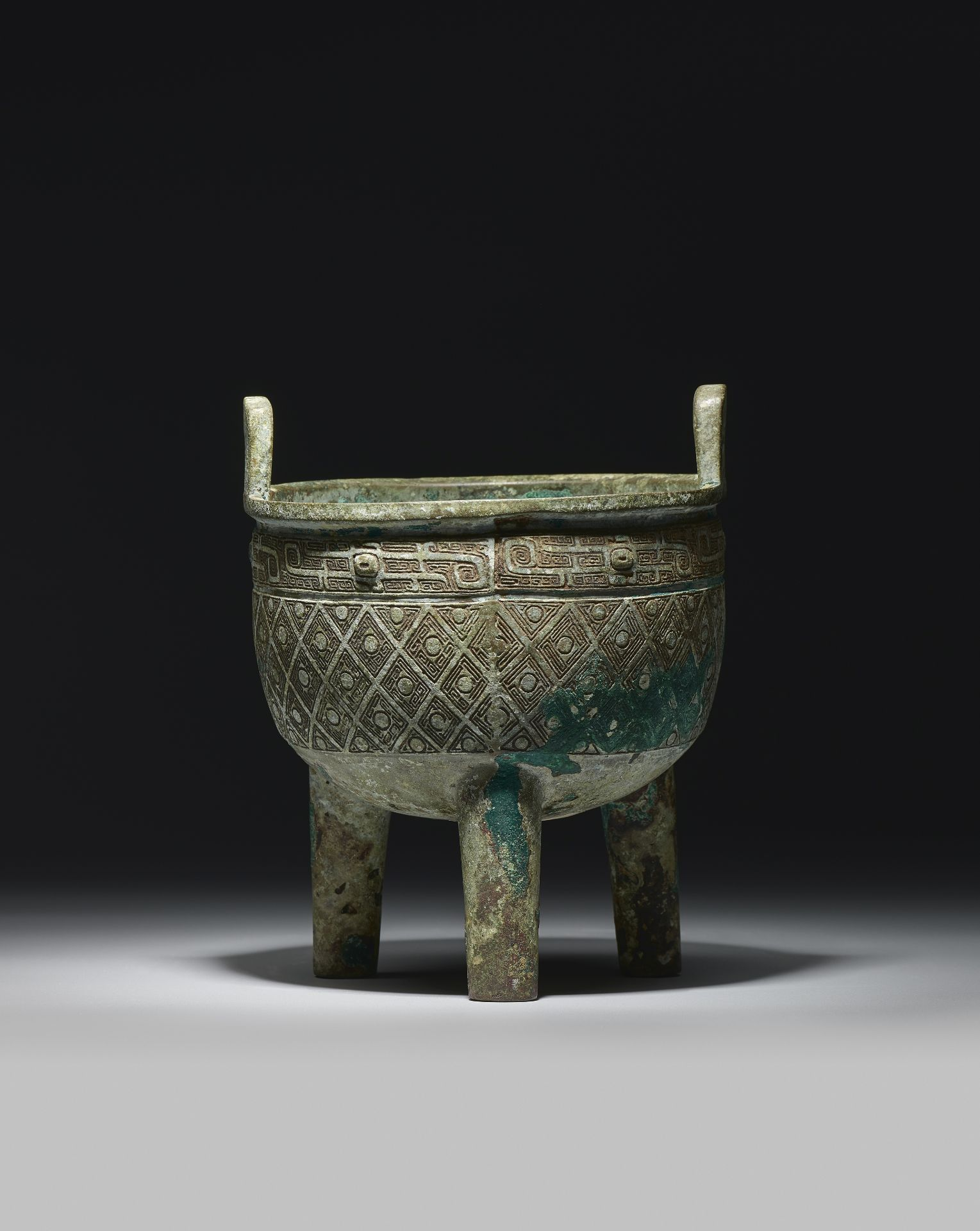 A RARE BRONZE RITUAL TRIPOD VESSEL, DING Early Western Zhou Dynasty