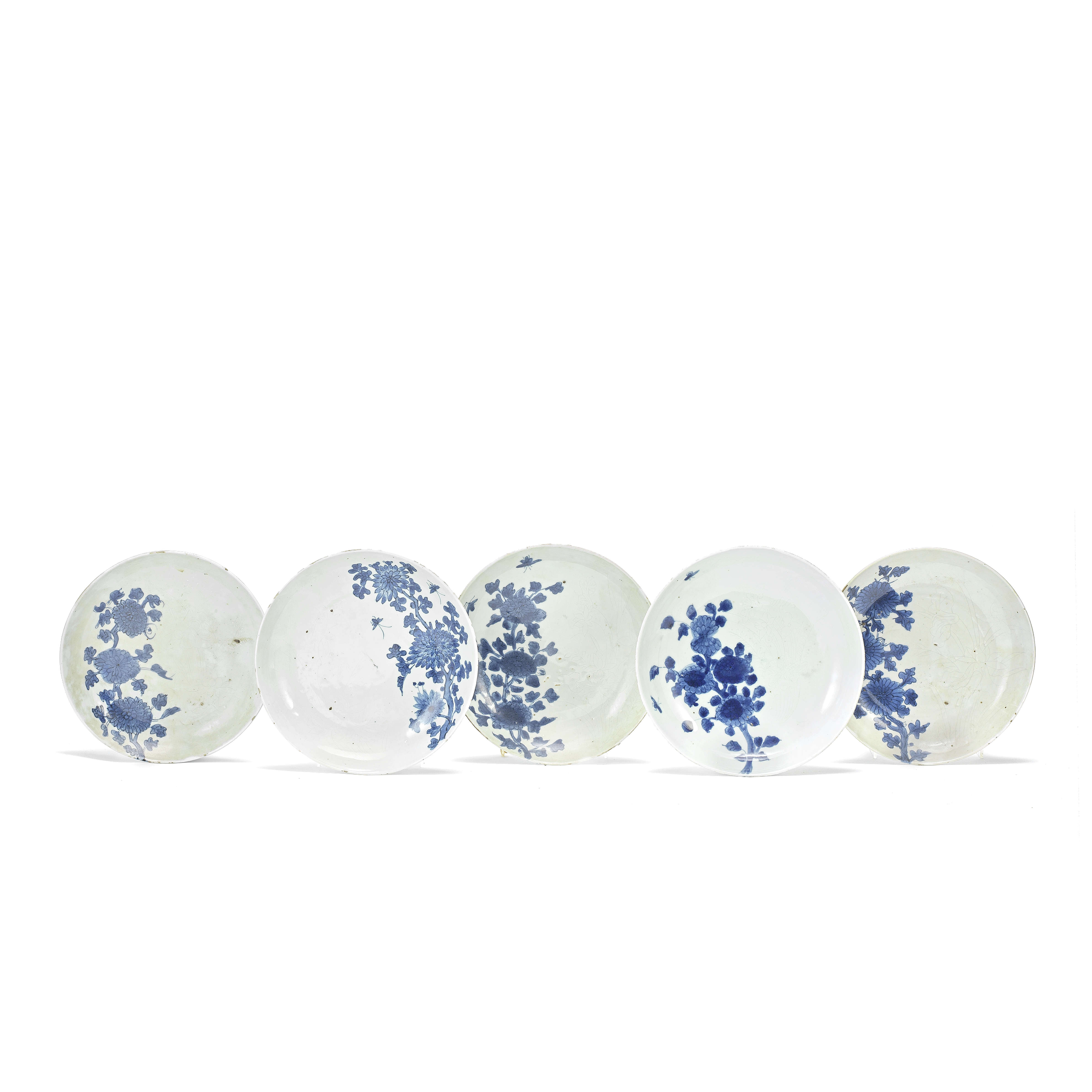 A GROUP OF FIVE BLUE AND WHITE KO-SOMETSUKE 'CHRYSANTHEMUM' DISHES Tianqi (5)