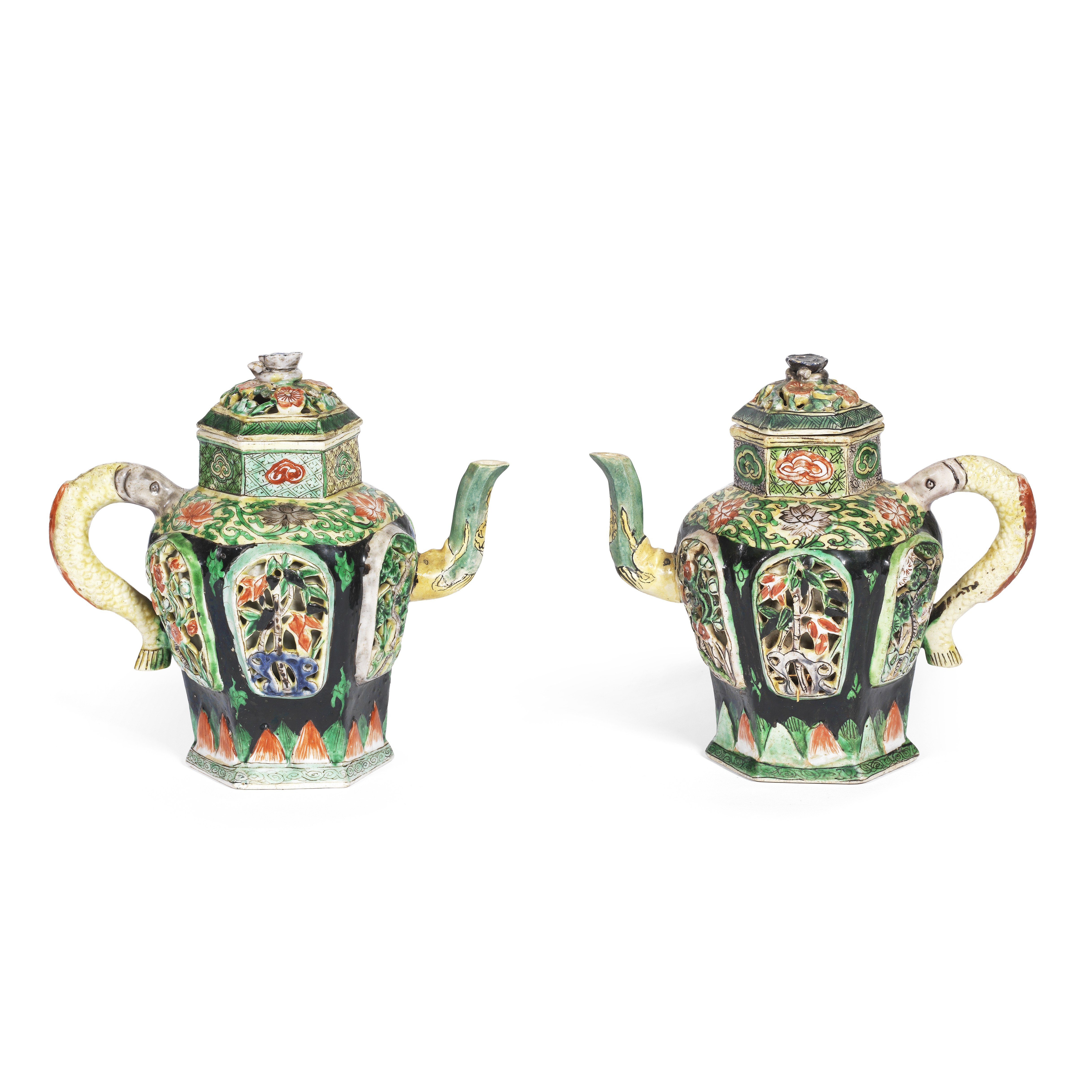 A PAIR OF BLACK-GROUND FAMILLE VERTE BISCUIT RETICULATED EWERS AND COVERS Kangxi (6)