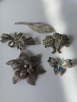 A lot of 5 various silver marked brooches to include filigree & enamel butterfly brooch & London