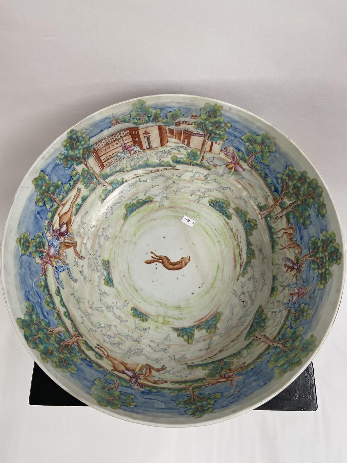 A LARGE 19TH CENTURY CHINESE HAND PAINTED BOWL. EXTERIOR DEPICTS CHINESE HUNTING SCENE PANELS. THE - Image 6 of 39