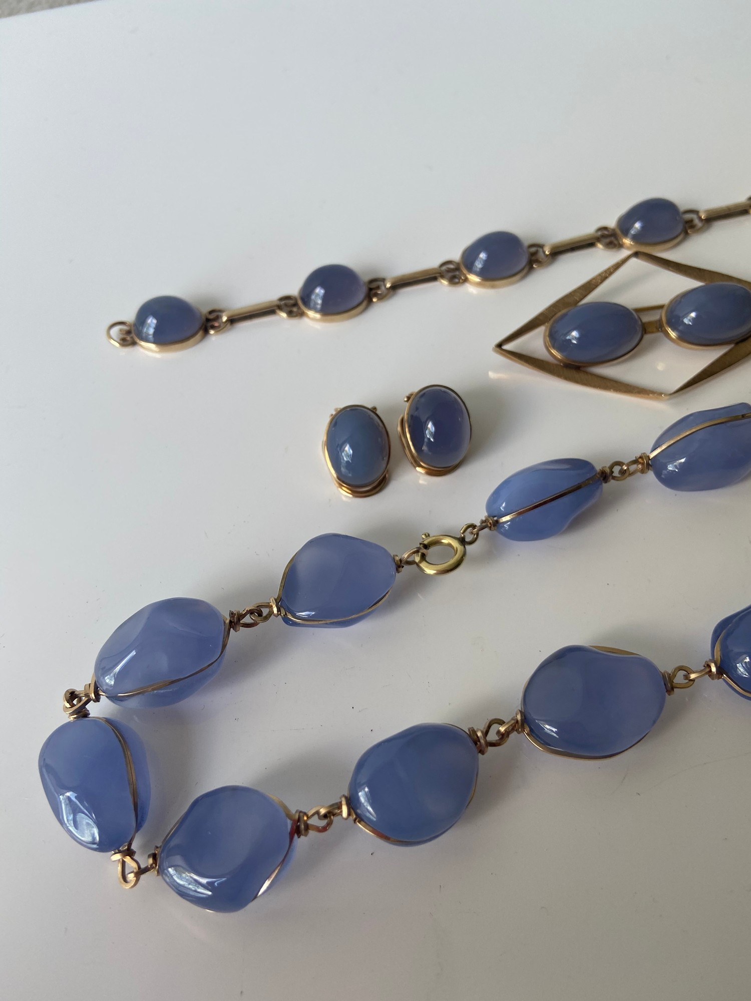 A FIVE PIECE NECKLACE, RING, BROOCH, BRACELET AND EARRING SET. ALL BEAUTIFULLY SET WITH CHALCEDONY - Image 2 of 13