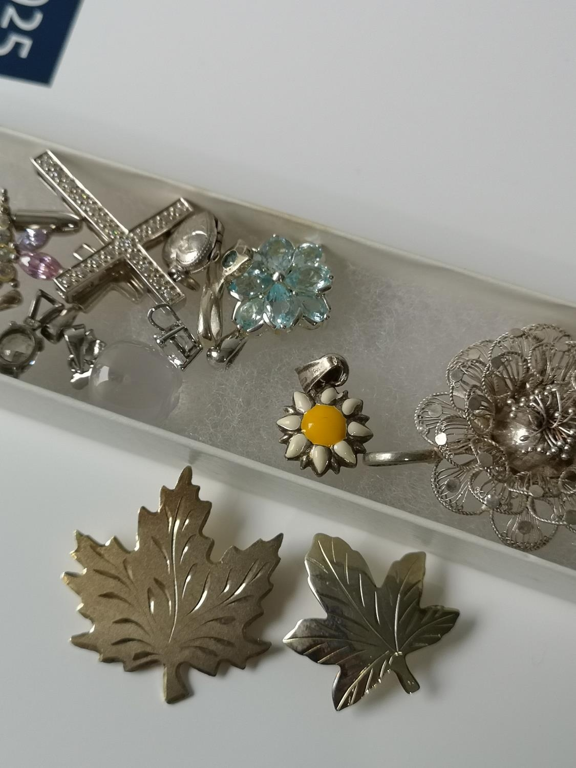 A Collection of silver marked brooches, charms and pendants. - Image 3 of 4