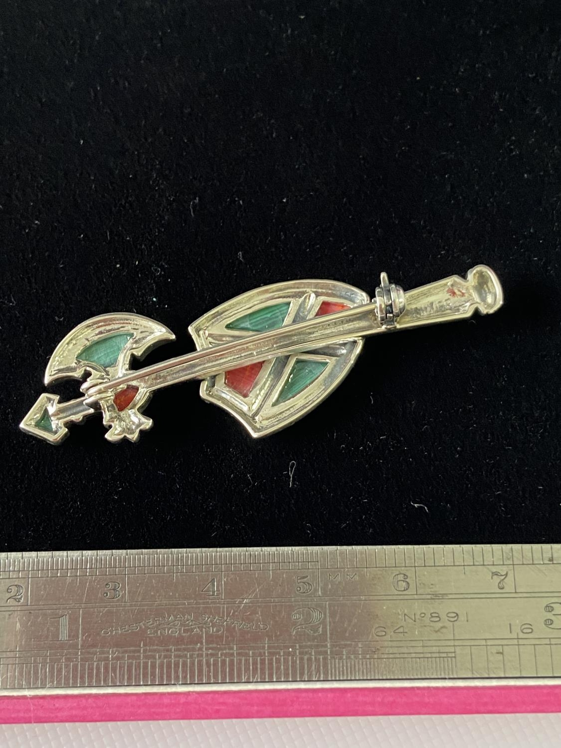 A Silver and malachite arrow shaped brooch. [5.3cm in length] - Image 6 of 6