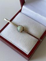 An antique 9ct gold & opal stone bar brooch [length 5cm] [2.28g]