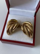 A pair of 9ct gold earrings [3.9g]