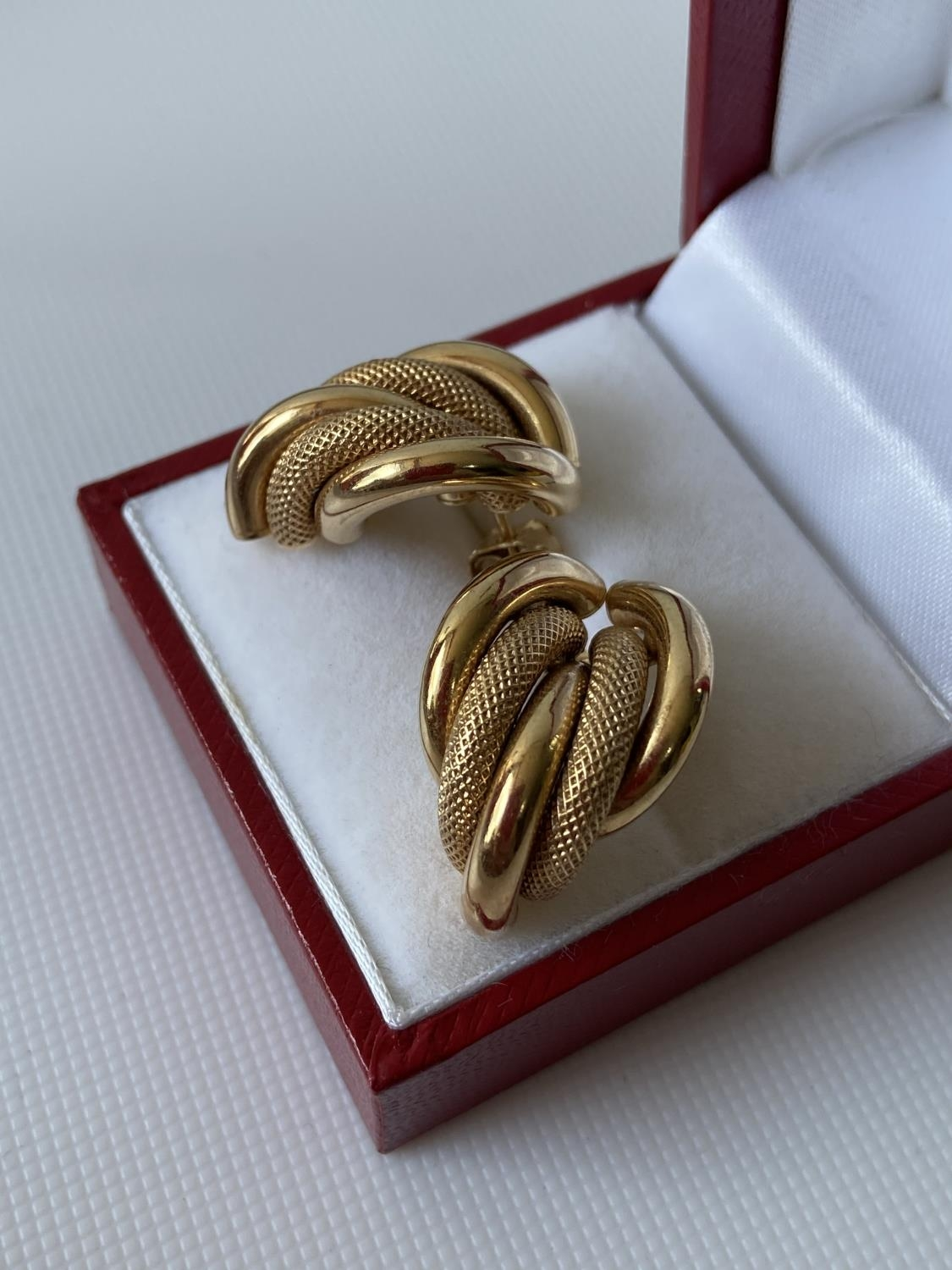 A pair of 9ct gold earrings [3.9g] - Image 5 of 6