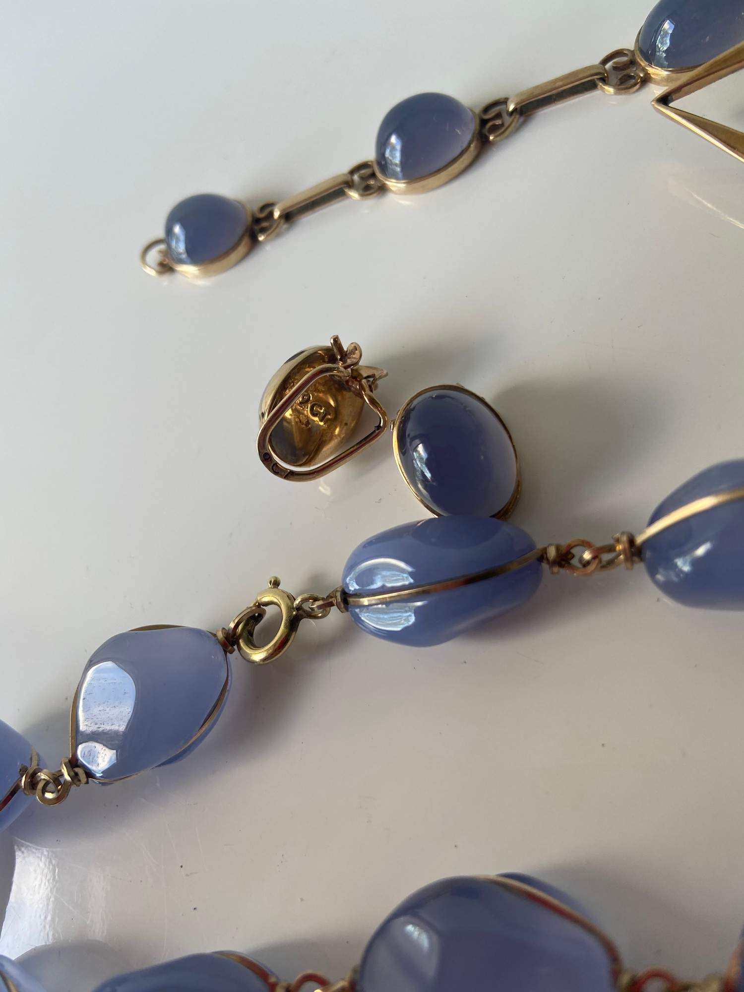 A FIVE PIECE NECKLACE, RING, BROOCH, BRACELET AND EARRING SET. ALL BEAUTIFULLY SET WITH CHALCEDONY - Image 9 of 13