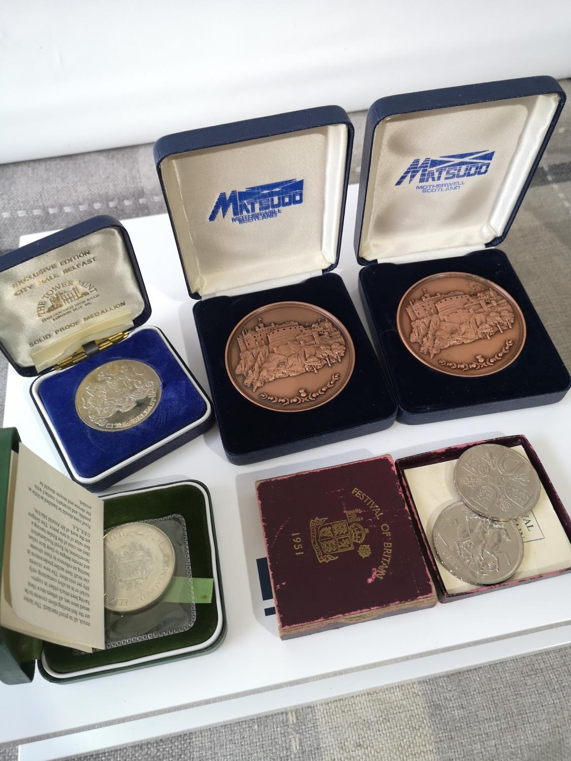 A LOT OF BOXED COINS & MEDALLIONS TO INCLUDE TWO CITY OF EDINBURGH COPPER MEDALLIONS, CITY HALL OF