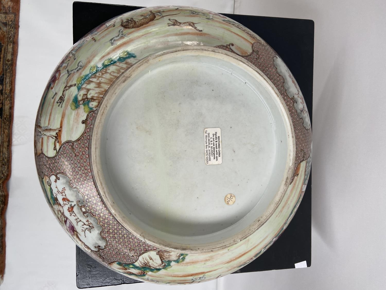 A LARGE 19TH CENTURY CHINESE HAND PAINTED BOWL. EXTERIOR DEPICTS CHINESE HUNTING SCENE PANELS. THE - Image 33 of 39