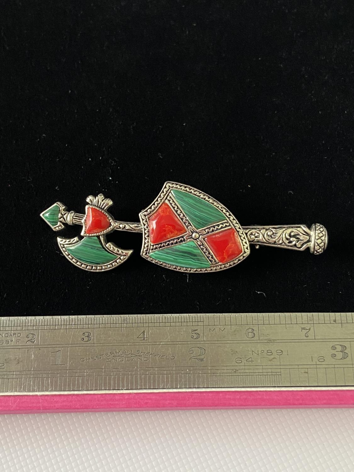 A Silver and malachite arrow shaped brooch. [5.3cm in length] - Image 3 of 6