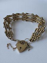 A 9ct gold gate bracelet [length 17.5cm] [10.60g]