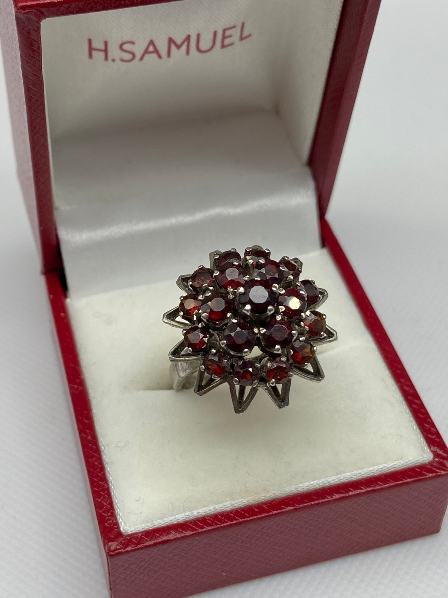 A Ladies silver and garnet cluster ring. [Ring size M] - Image 2 of 4