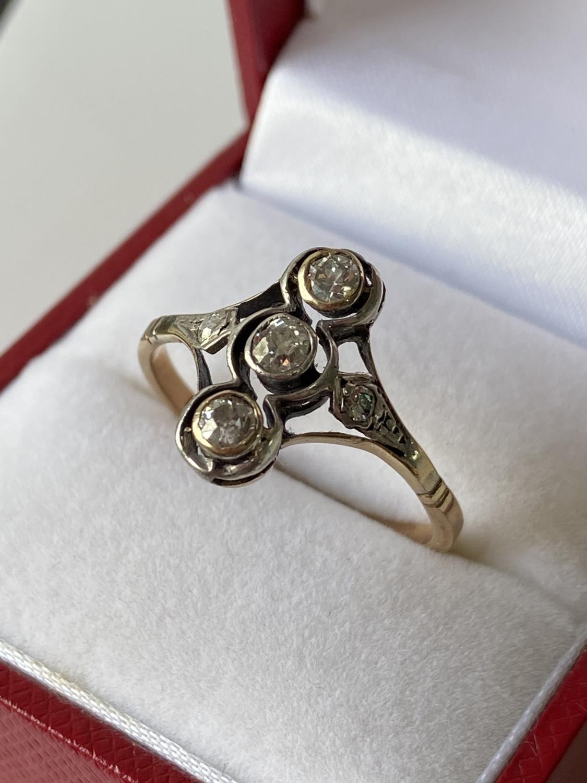 An 18ct gold unusual set 5 five diamond ring [2 3/4mm x 3 large diamonds] [2.40g] [size S]