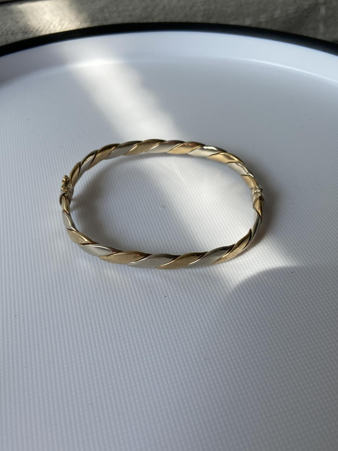 A London export 9ct gold two tone bangle (missing clasp) [5x5cm] [10-25g]