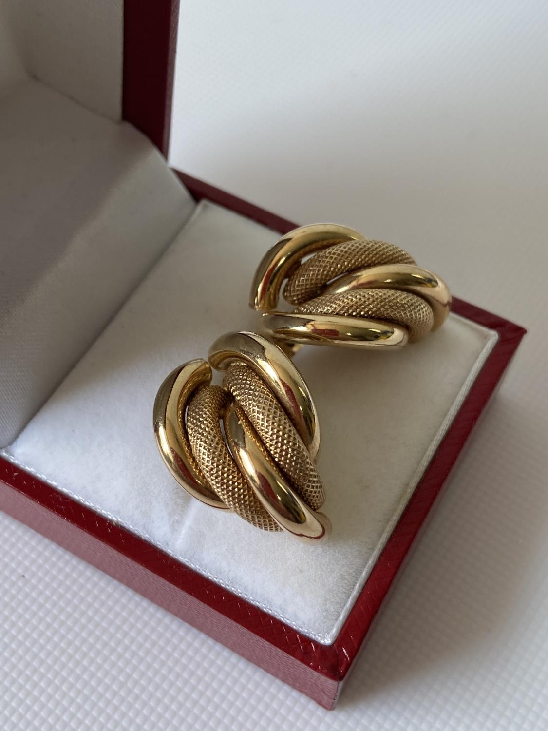 A pair of 9ct gold earrings [3.9g] - Image 3 of 6