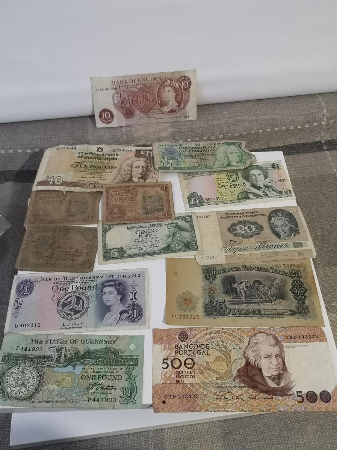 A COLLECTION OF MIXED WORLD BANK NOTES TO INCLUDE BANK OF ENGLAND 10 SHILLINGS, SPANISH BANK