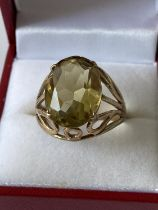 A 9ct gold ladies ring set with a large yellow tone cut stone [size Q] [5.46g]
