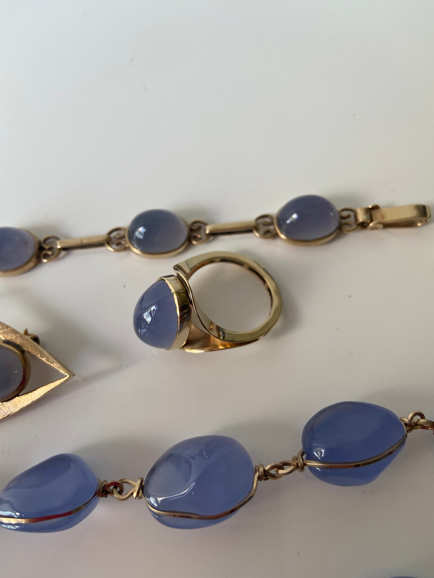 A FIVE PIECE NECKLACE, RING, BROOCH, BRACELET AND EARRING SET. ALL BEAUTIFULLY SET WITH CHALCEDONY - Image 4 of 13