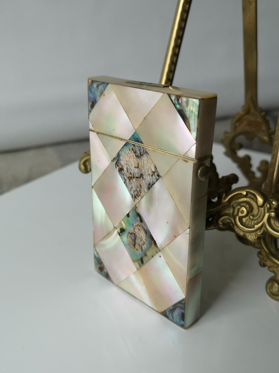 A Nice example of a 19th century mother of pearl & pauo shell card case. [9x5.5cm]