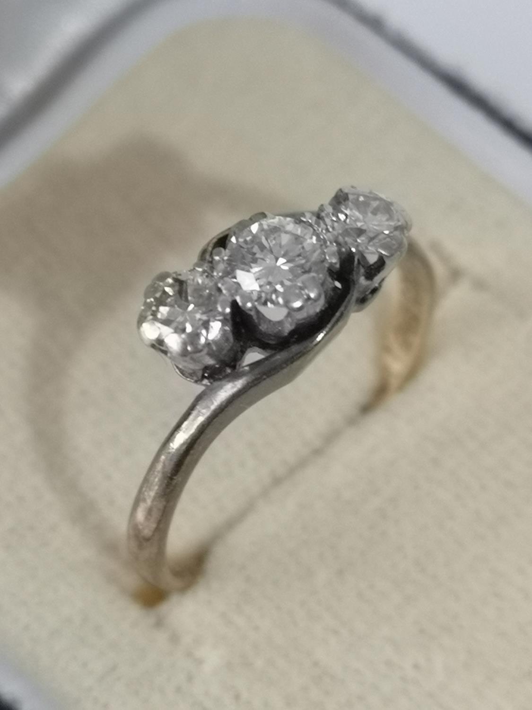 AN 18CT GOLD & PLATINUM DIAMOND THREE STONE RING. [RING SIZE L] [2.66GRAMS] - Image 2 of 2