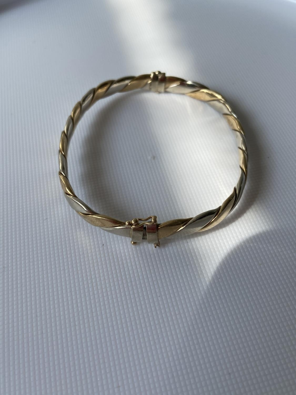 A London export 9ct gold two tone bangle (missing clasp) [5x5cm] [10-25g] - Image 4 of 4