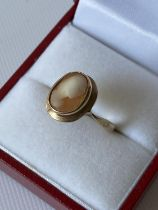 An antique 9ct gold & cameo carved ring [size I] [2.27g]