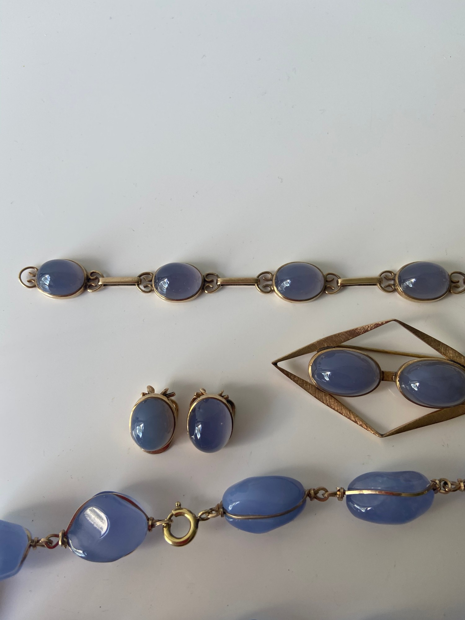 A FIVE PIECE NECKLACE, RING, BROOCH, BRACELET AND EARRING SET. ALL BEAUTIFULLY SET WITH CHALCEDONY - Image 5 of 13