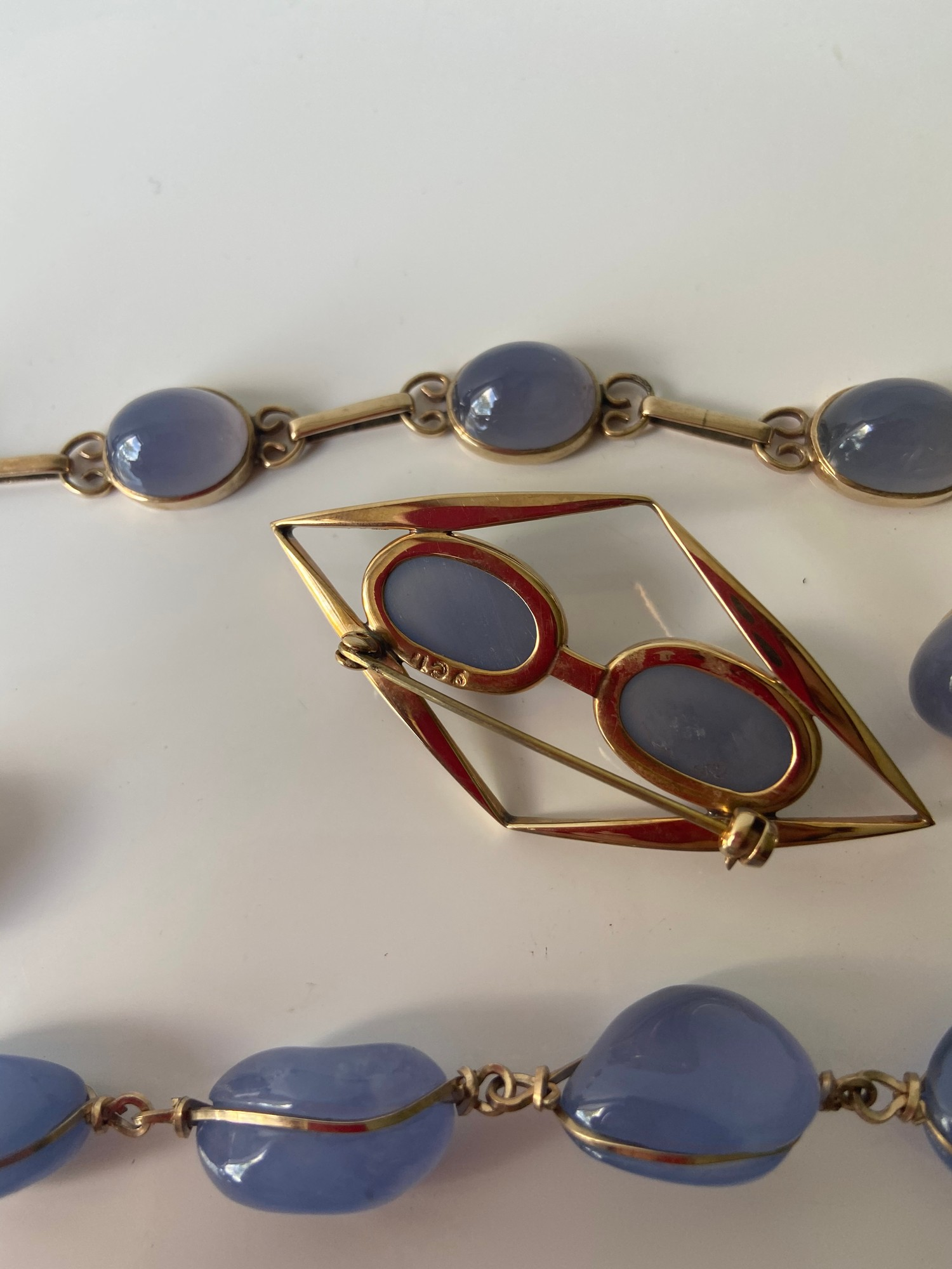 A FIVE PIECE NECKLACE, RING, BROOCH, BRACELET AND EARRING SET. ALL BEAUTIFULLY SET WITH CHALCEDONY - Image 7 of 13