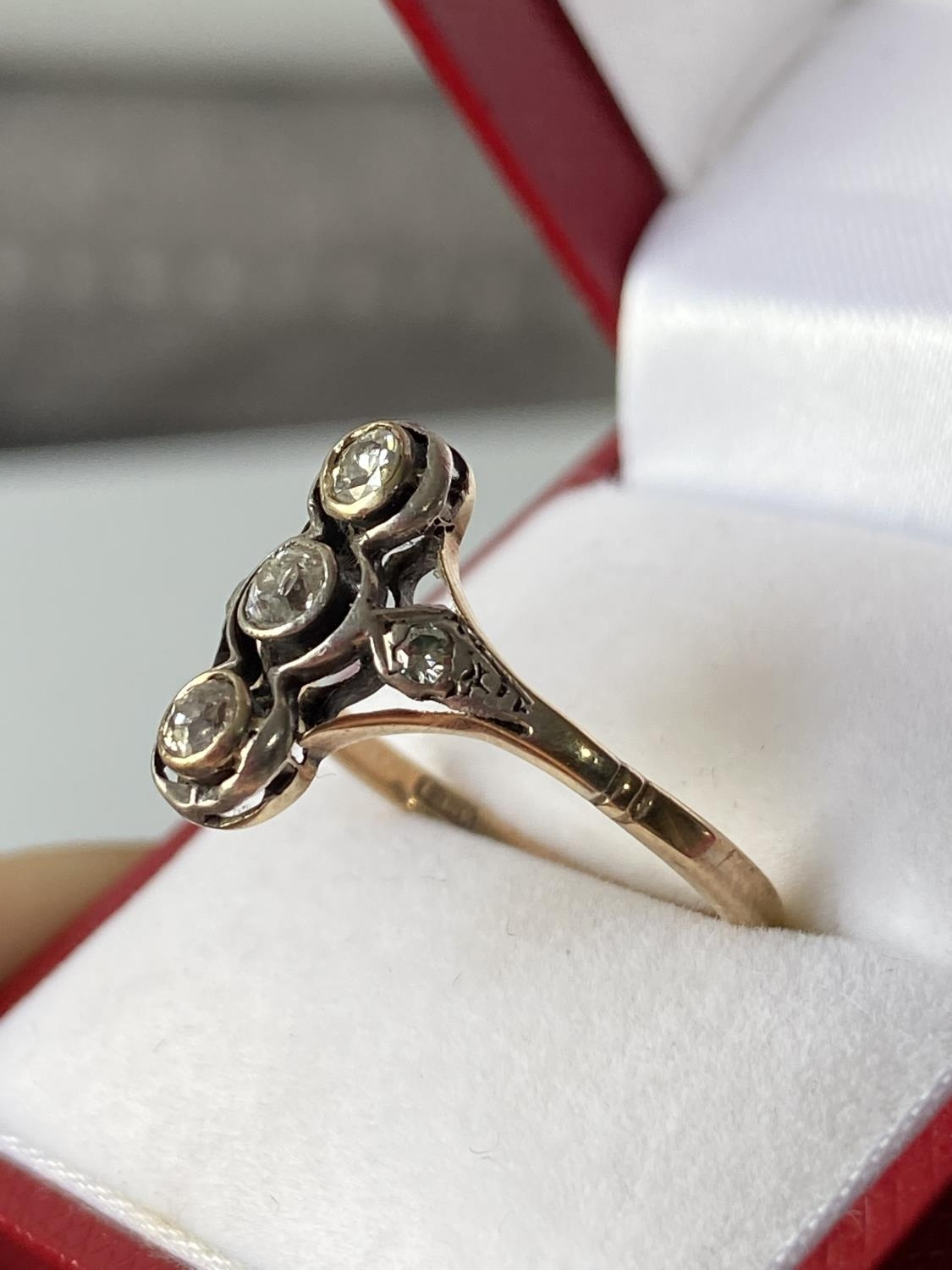 An 18ct gold unusual set 5 five diamond ring [2 3/4mm x 3 large diamonds] [2.40g] [size S] - Image 6 of 12