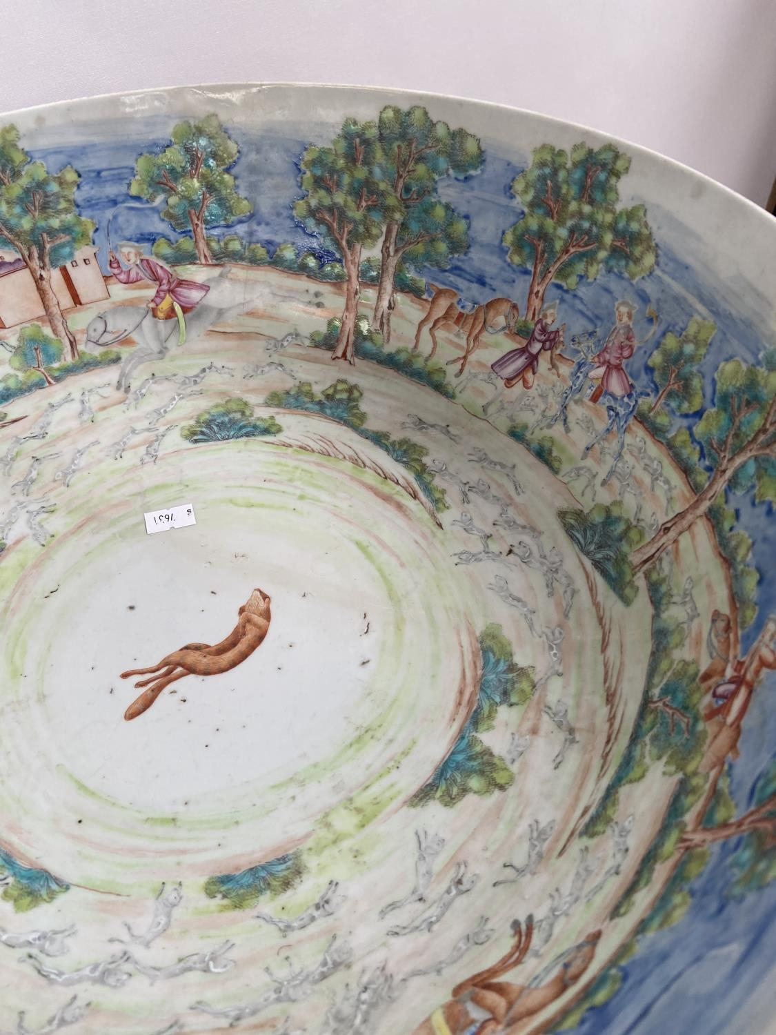 A LARGE 19TH CENTURY CHINESE HAND PAINTED BOWL. EXTERIOR DEPICTS CHINESE HUNTING SCENE PANELS. THE - Image 10 of 39