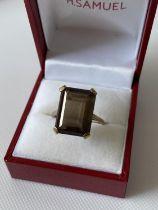 A 9ct gold ring set with a smokey quartz cut stone ring [size Q] [4.98g]