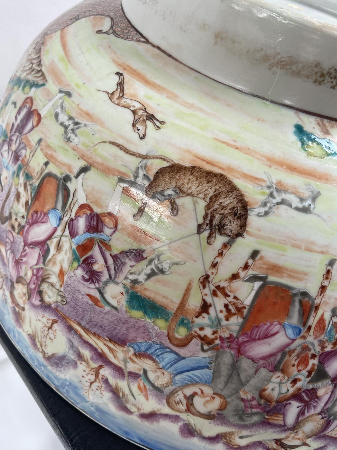 A LARGE 19TH CENTURY CHINESE HAND PAINTED BOWL. EXTERIOR DEPICTS CHINESE HUNTING SCENE PANELS. THE - Image 36 of 39
