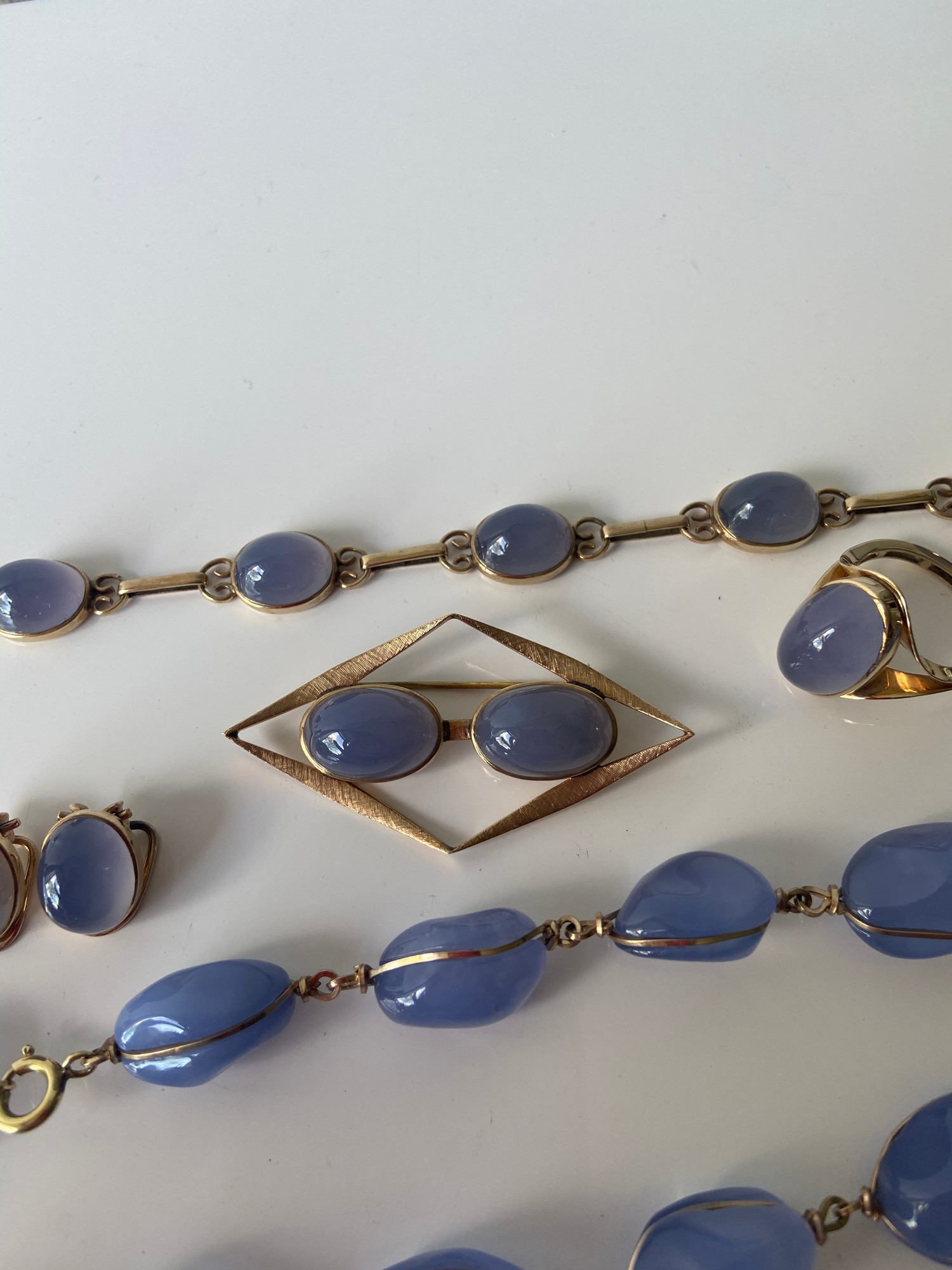 A FIVE PIECE NECKLACE, RING, BROOCH, BRACELET AND EARRING SET. ALL BEAUTIFULLY SET WITH CHALCEDONY - Image 3 of 13