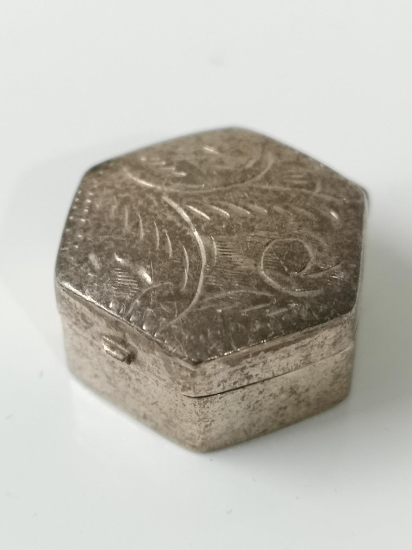 A Small silver hexagonal pill box [0.7x2x2cm]