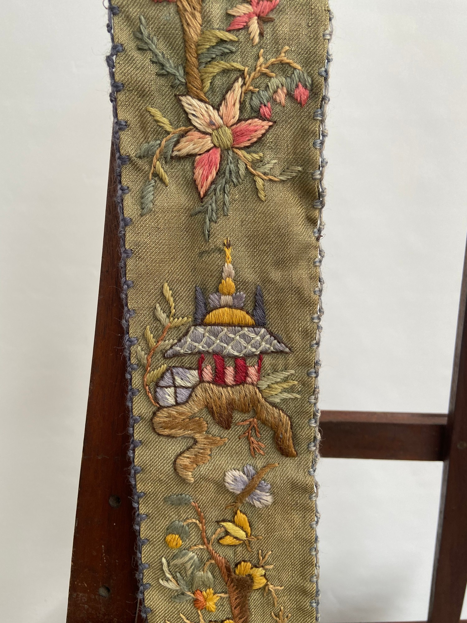 A Chinese wall tapestry depicting various figures. [175cm in length] - Image 2 of 5