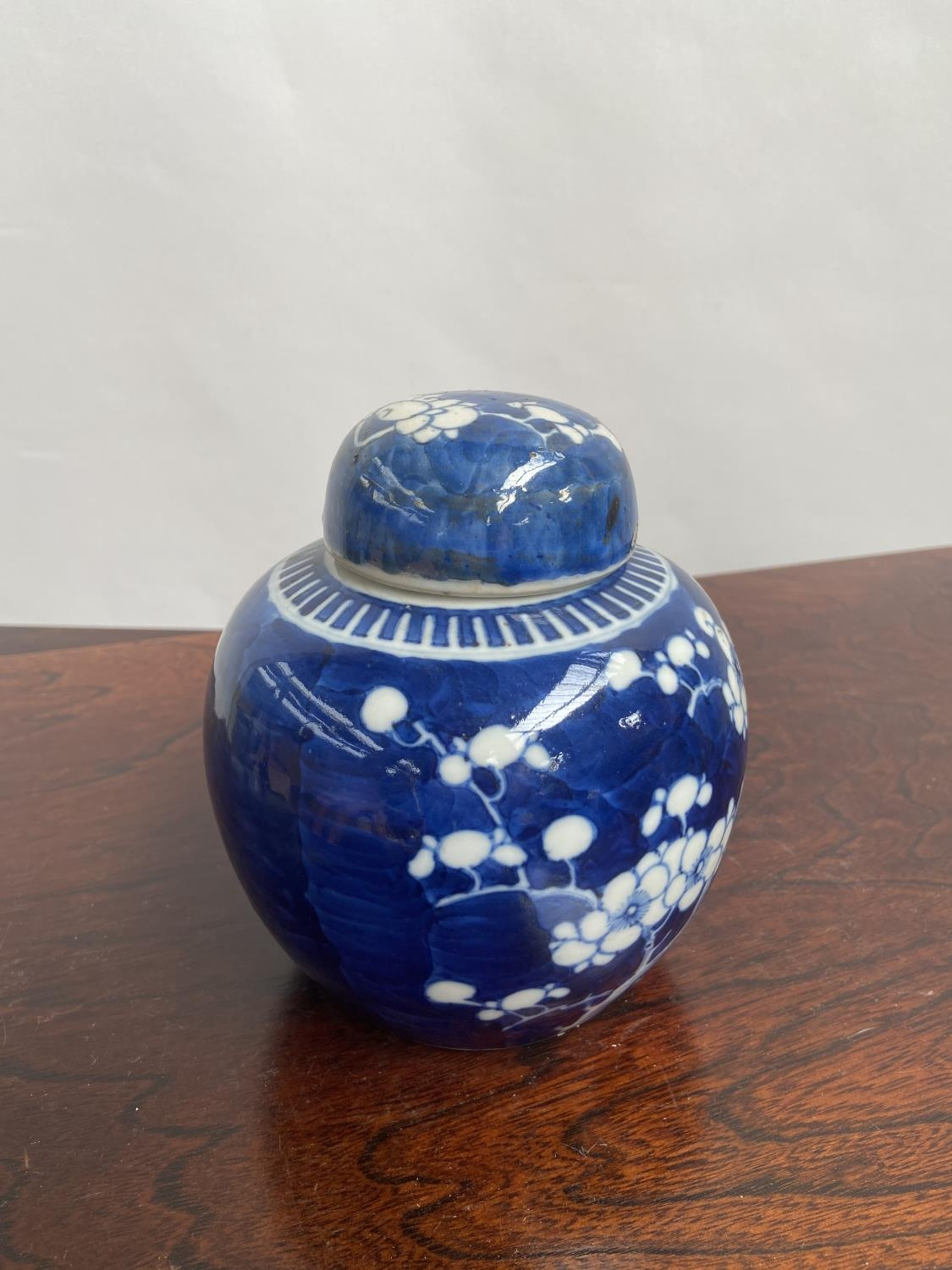 A Chinese blue and white preserve pot with lid, designed with cherry blossoms & double ring - Image 3 of 7
