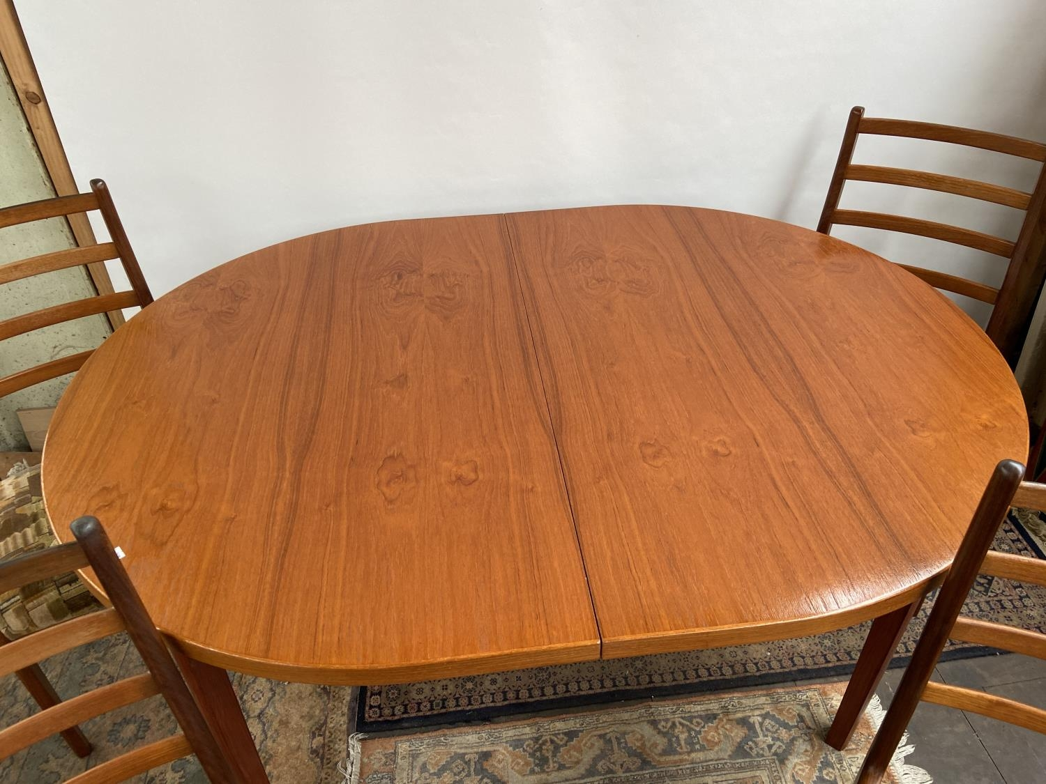 A mid century table & 4 chairs [74x150x100cm] [chair height, 92cm] - Image 6 of 7